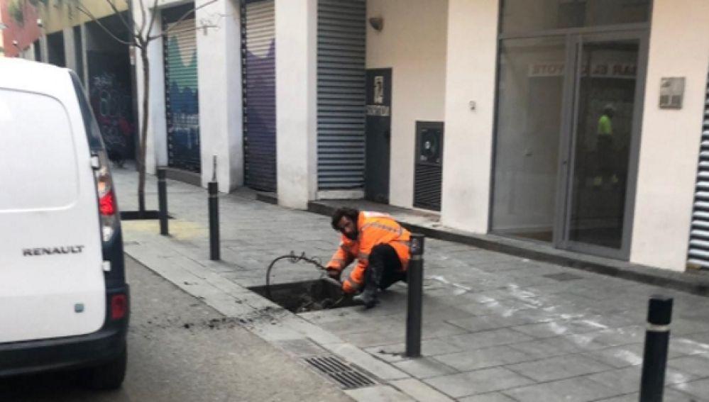 El violador de Las Ramblas robando cobre en plena calle