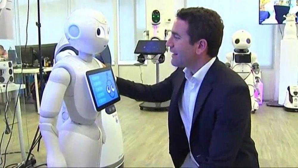 Teodoro García Egea pide el voto a un robot