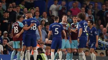 Enfrentamiento entre jugadores de Chelsea y Burnley en Stamford Bridge