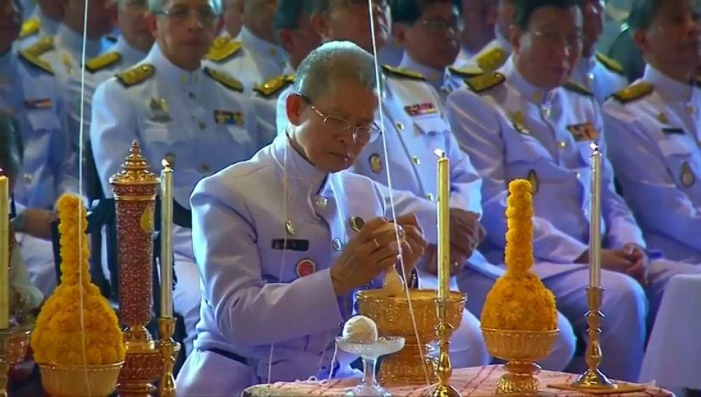 En Tailandia los astrólogos reales inscriben a su nuevo Rey
