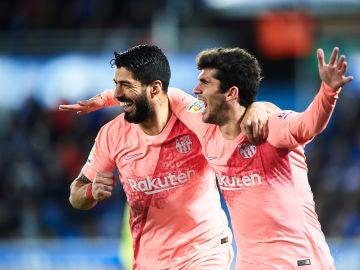 Luis Suárez y Aleñá celebran el tanto del Barcelona