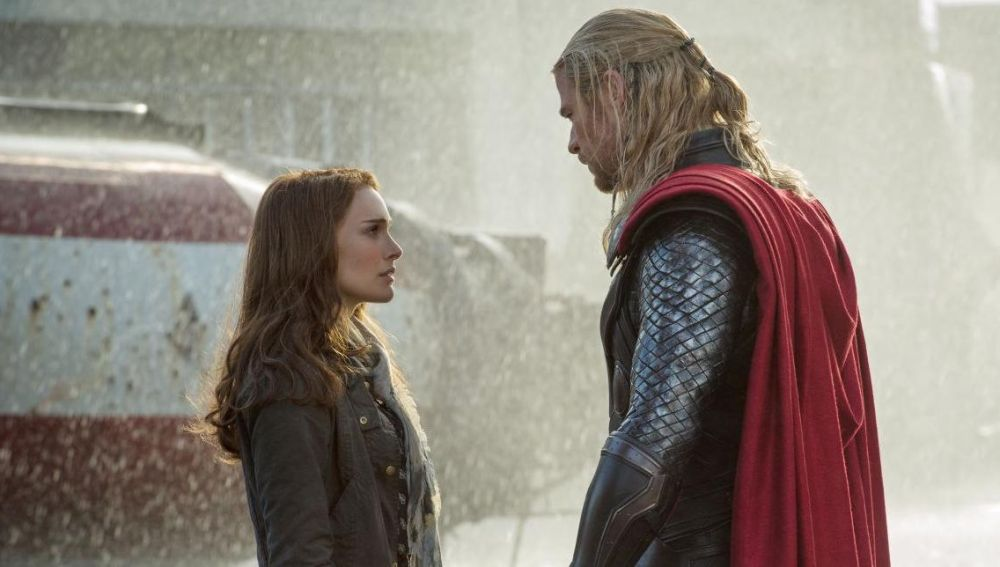 Natalie Portman y Chris Hemsworth en 'Thor'