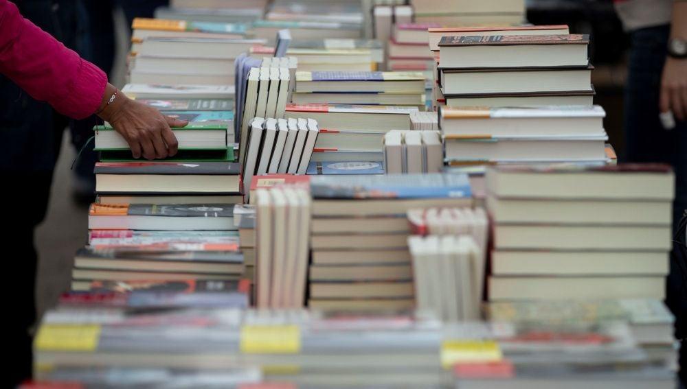 Imagen de un puesto de libros por Sant Jordi en Barcelona