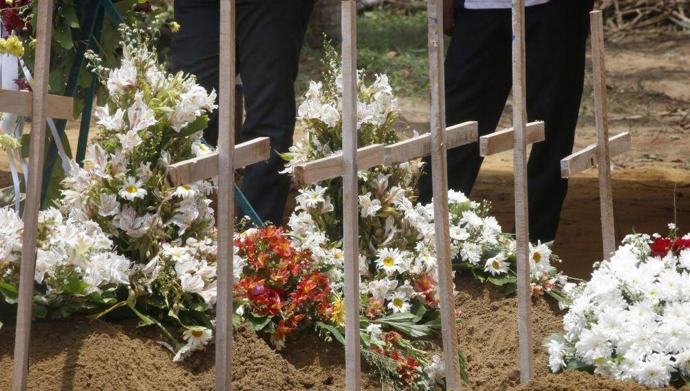 Montículos de tierra tras el entierro de algunas de las víctimas de los atentados en el cementerio Don David Katuwapitiya