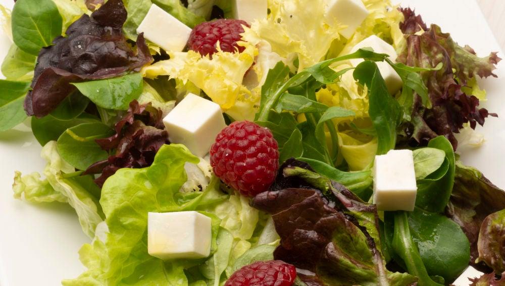 Ensalada de lechugas variadas, frambuesas y queso