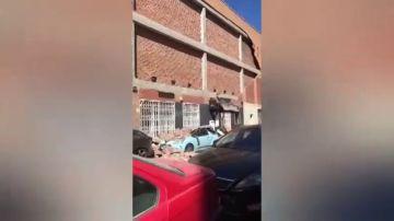 Se desprende el cartel electoral del PP con el lema 'Valor Seguro' de la fachada de la sede de Almería