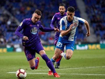Iago Aspas conduce el balón en el partido frente al Espanyol
