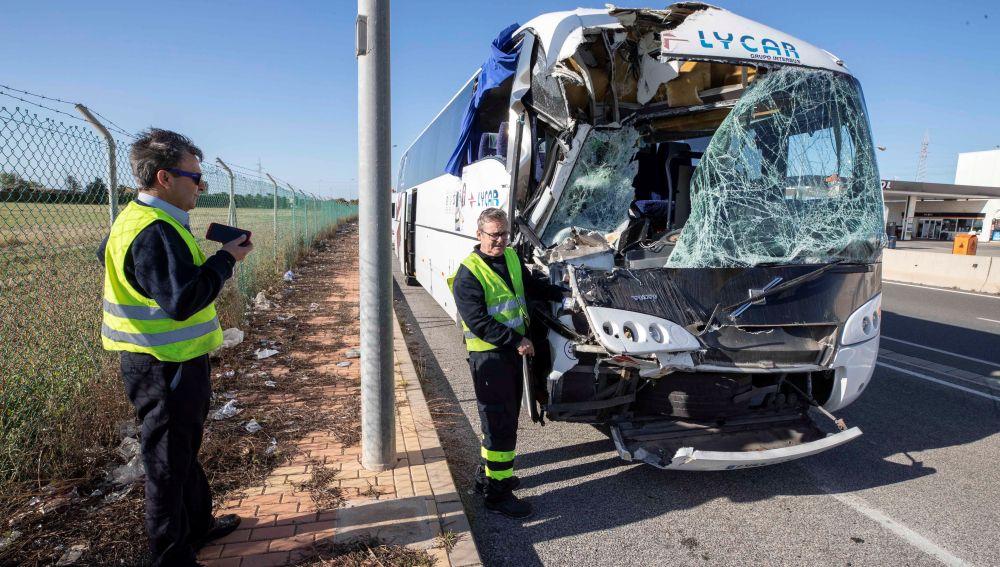 Aspecto del autobús de línea Murcia-Caratagena tras chocar contra la trasera de un camión