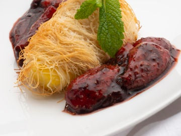 Katafi con piña y salsa de fresas