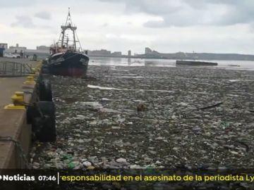 El temporal convierte el puerto de Durban en una escombrera de plásticos