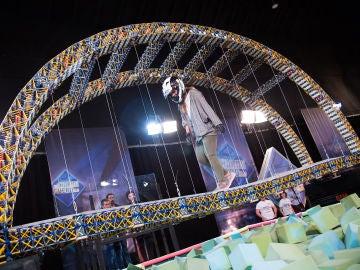 ¿Te atreverías a cruzar un puente construido con 70.000 piezas de juguete?
