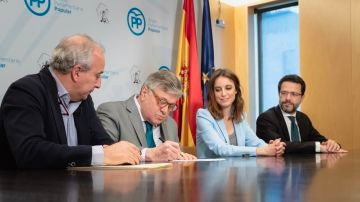 El padre de Leopoldo López firma su candidatura con el PP