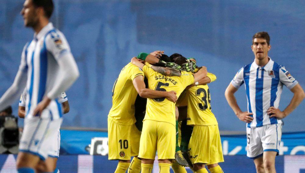 Los futbolistas del Villarreal hacen piña para celebrar un gol