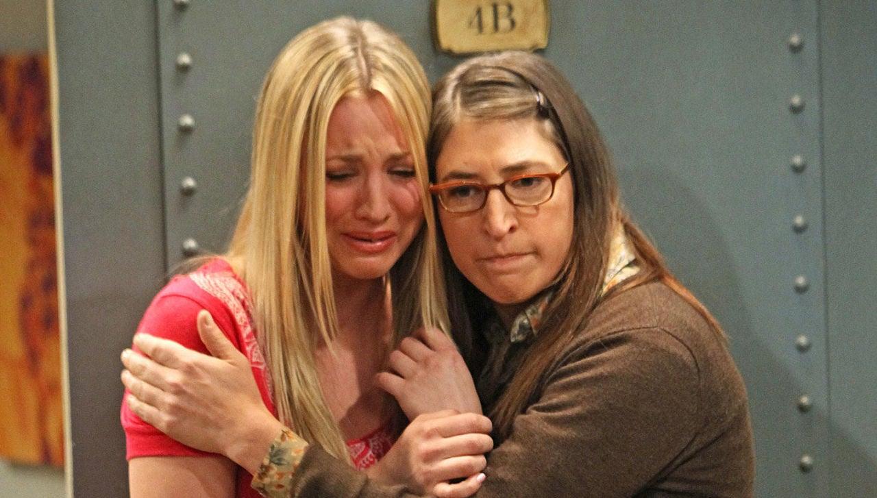 Kaley Cuoco y Mayim Bialik en 'The Big Bang Theory'