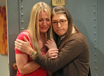 Kaley Cuoco y Mayim Bialik en 'The Big Bang Theory'