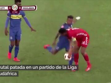 La brutal patada de Erasmus durante un partido de la Liga de Sudáfrica: quizá pueda ser roja...