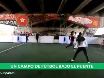 Fútbol bajo un puente: así lucha el deporte contra la marginación de los niños en Egipto