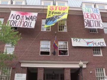 Un grupo de chavistas 'okupan' la embajada de Venezuela en Washington