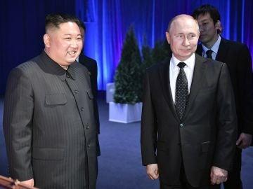 El líder norcoreano, Kim Jong-un, conversa con el presidente ruso, Vladímir Putin