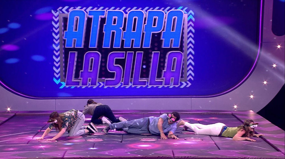 El despiste de los concursantes en 'Atrapa la silla' deja sin palabras a Silvia Abril
