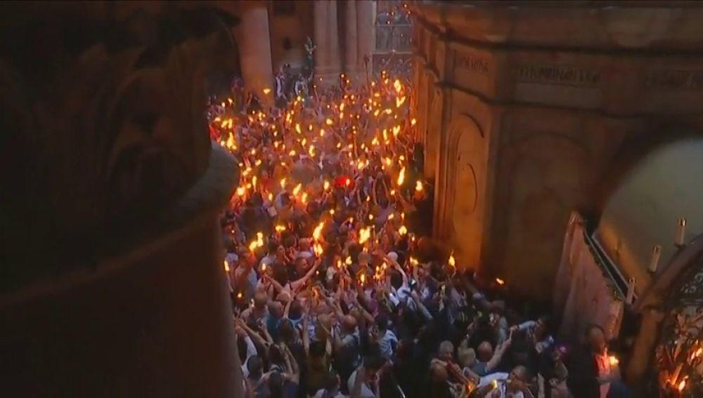 El Santo Sepulcro iluminado por el fuego sagrado en Jerusalén