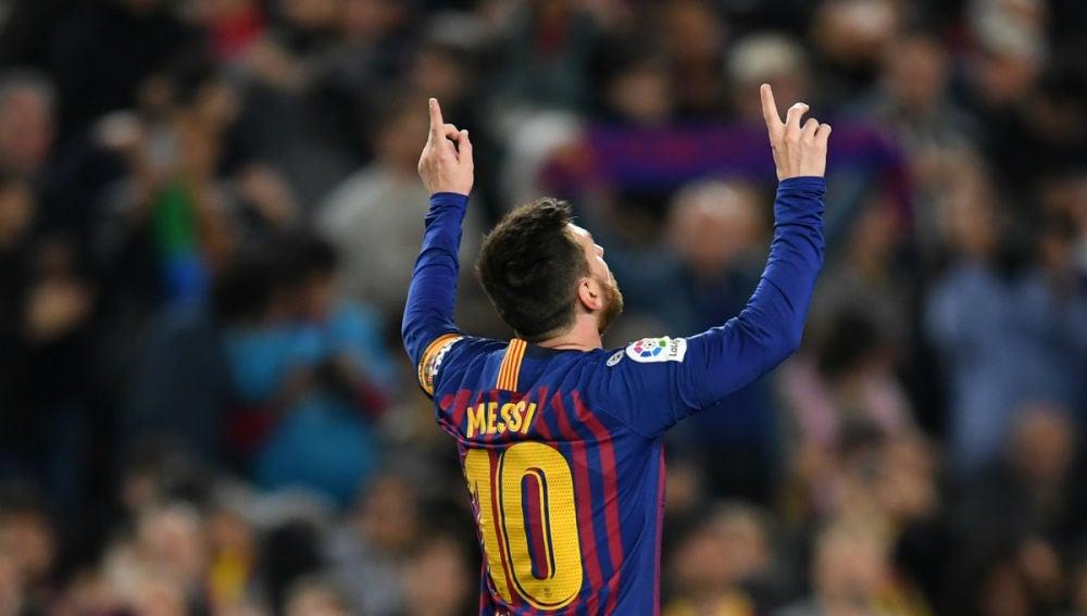 Lionel Messi señala al cielo