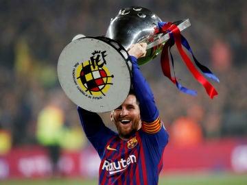 Lionel Messi, con la copa de la Liga