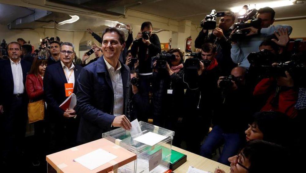 Albert Rivera ejerce su derecho al voto