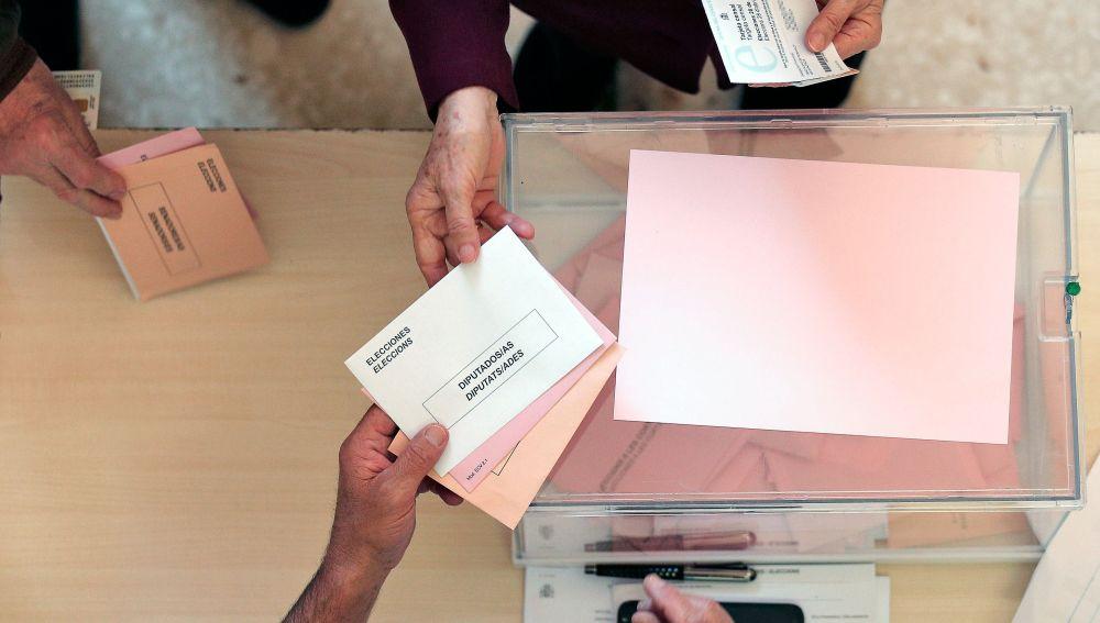 Una persona ejerce su derecho al voto para las elecciones generales 2019