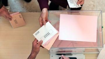 Una persona ejerce su derecho al voto para las elecciones generales
