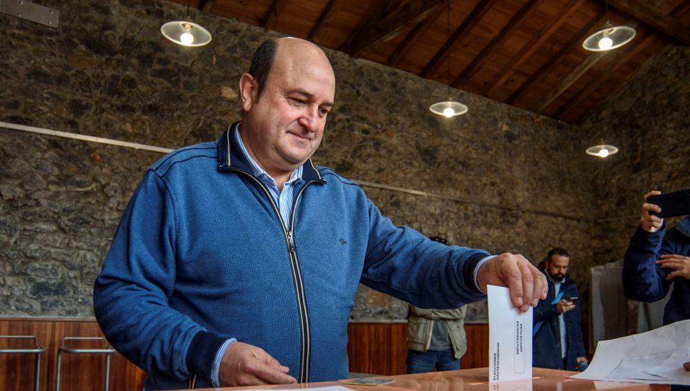 Andoni Ortuzar ejeerce el derecho al voto