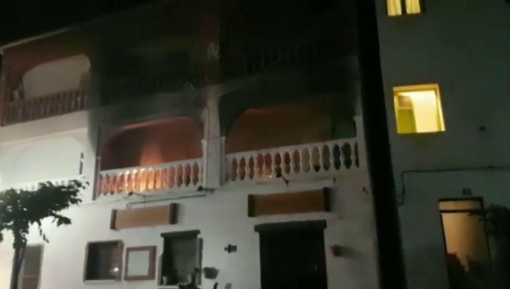 Varios vecinos rescatan a una joven en el incendio de su casa