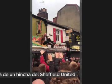 La ridícula caída de un hincha del Sheffield United celebrando el ascenso a la Premier