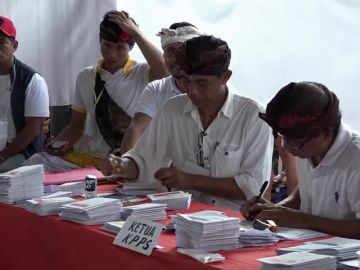 Mueren de fatiga más de 270 empleados electorales por contar a mano los votos tras las elecciones de Indonesia