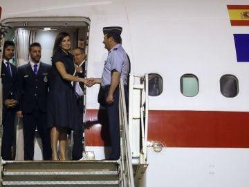 La reina Letizia en el aeropuerto internacional de Maputo.