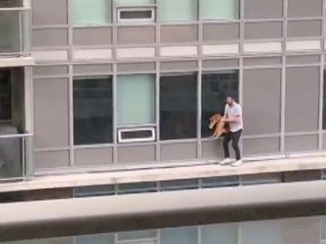 Un hombre se juega la vida caminando por una cornisa para rescatar a su gato de un balcón vecino