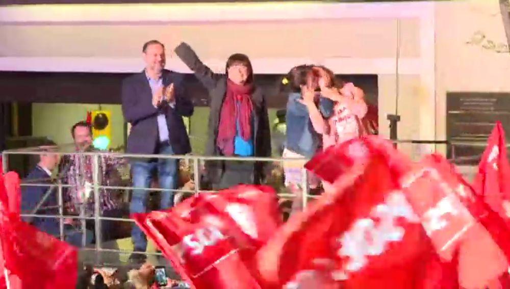 VÍDEO: El beso entre Cristina Narbona y Carmen Calvo celebrando en el balcón del PSOE los resultados del las elecciones generales
