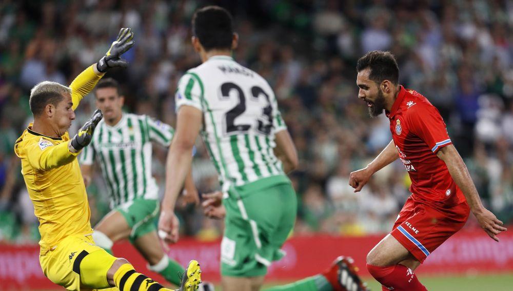 Borja Iglesias intenta batir a Joel en el Betis vs Espanyol