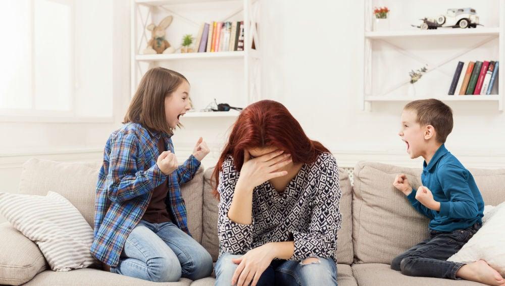 Niños gritando y madre cansada