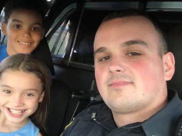 Los dos niños junto al policía