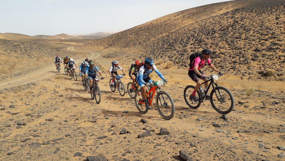 Varios participantes durante una etapa de la Titan Desert
