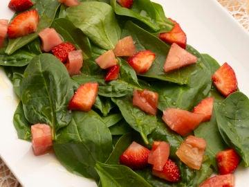 Ensalada de espinacas, tomate y fresas