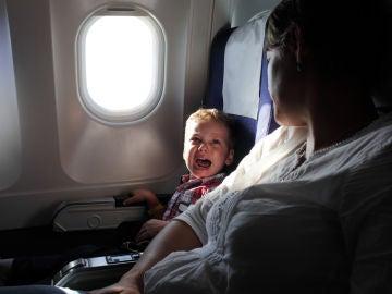 Niño llorando en el avión