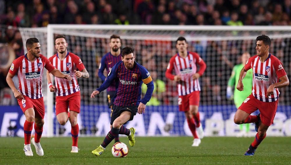 Messi lleva el balón en un partido ante el Atlético
