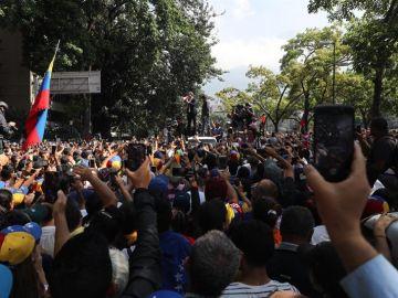 Manifestantes en apoyo de Juan Guaidó en Caracas (Venezuela)