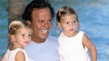 Julio Iglesias con sus hijas Victoria y Cristina