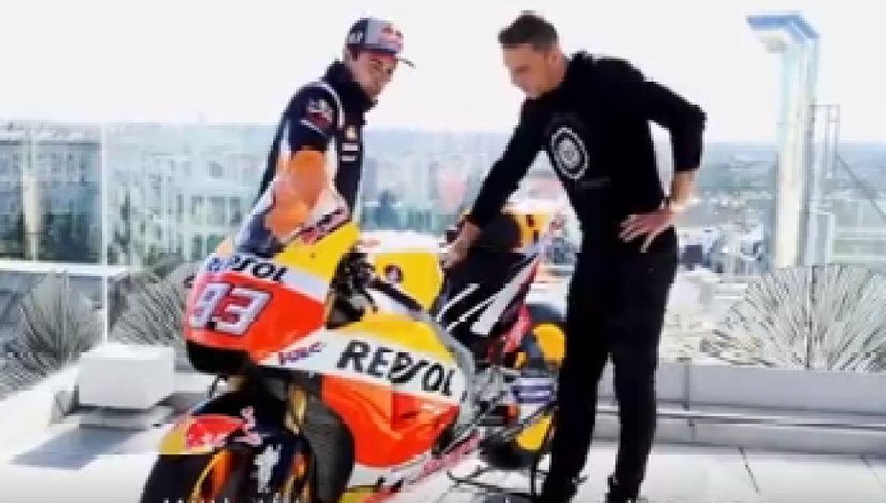 Márquez enseñándole la moto a Joaquín