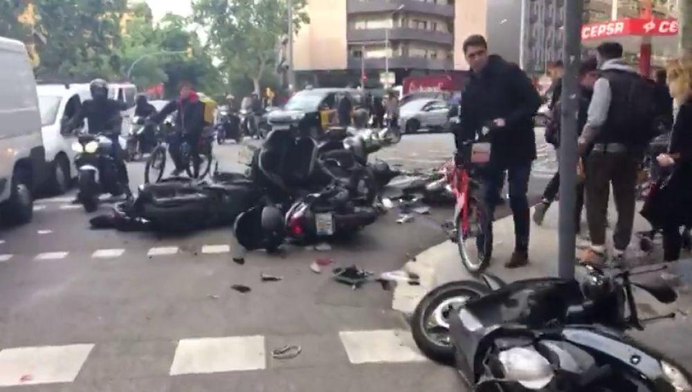Una furgoneta arrolla a 12 motos aparcadas en Barcelona
