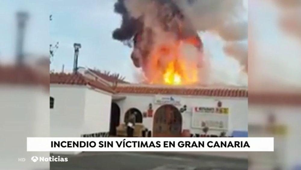 Aparatoso incendio en una urbanización en la Playa del Inglés (Gran Canaria)