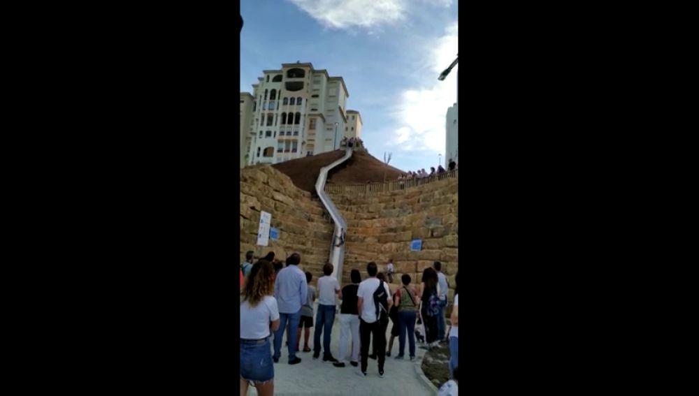 Polémica en Estepona por la peligrosidad del tobogán urbano más largo de España